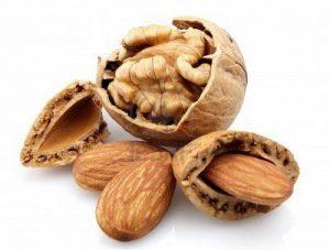 Nueces y almendras 300x227 Alimentos que ayudan a combatir el insomnio