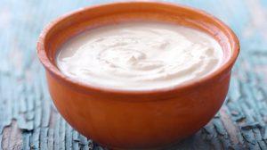 Yogurt griego 300x168 Alimentos que ayudan a combatir el insomnio