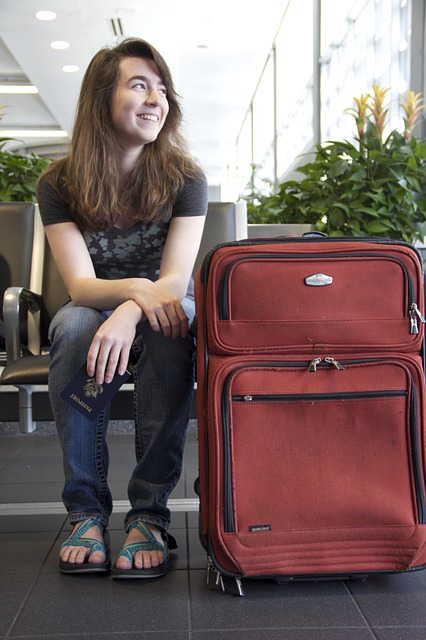 mujer maleta ¿Qué no puedes llevar en el avión estas vacaciones?
