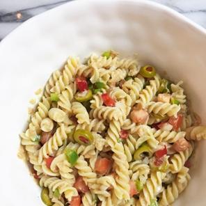 ensalada de pasta y atun con pimentones Ensalada de pasta corta con atún y pimentones con vinagreta de tomate