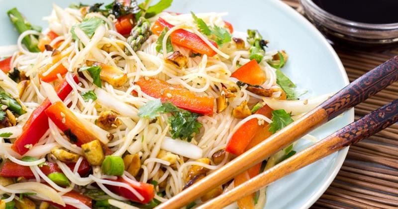 ensalada de fideos de arroz con vegetales y vinagreta