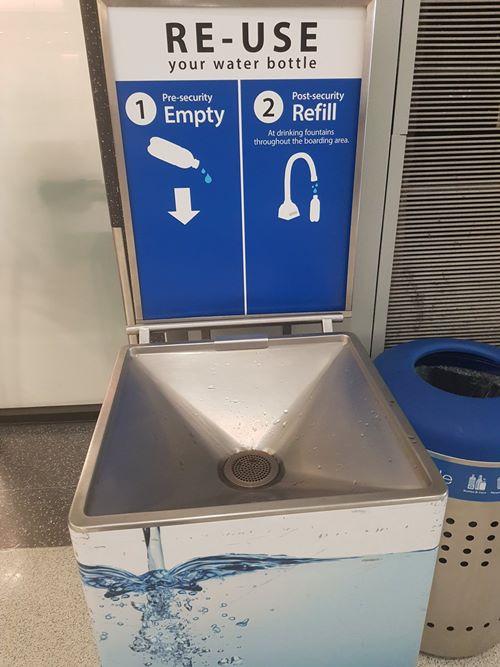 fuente agua aeropuerto san francisco El Aeropuerto de San Francisco instala fuentes de agua para rellenar las botellas de plástico.