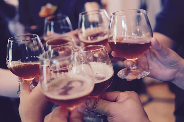 Alcohol Alimentos comunes que pueden causarte problemas estomacales