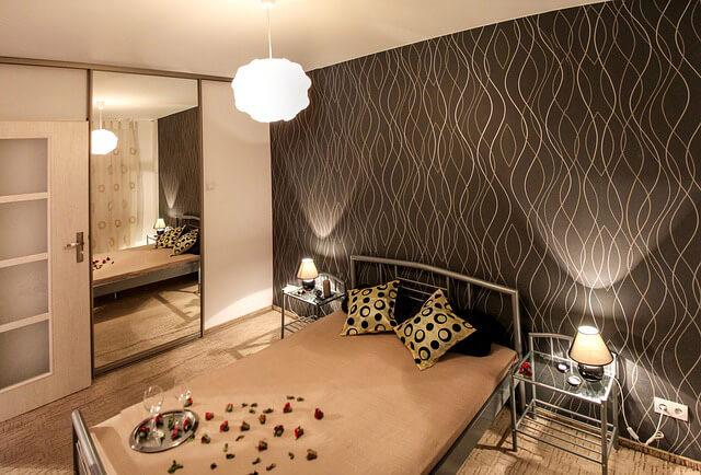 Espejo en habitación Consejos de decoración para refrescar el interior de tu hogar