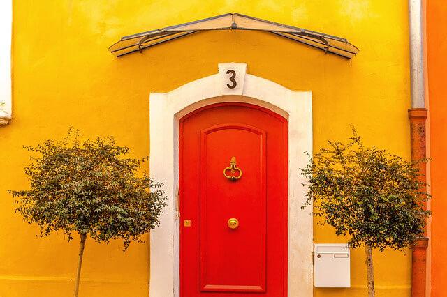 Puerta roja Consejos de decoración para refrescar el interior de tu hogar