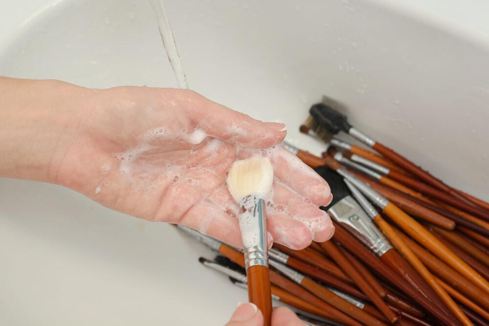 Lavar brochas ¿Por qué es importante lavar tus brochas de maquillaje y como se lavan?