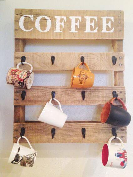 Pallets con tazas de cafe Ahorra espacio en tu cocina gracias al bricolaje