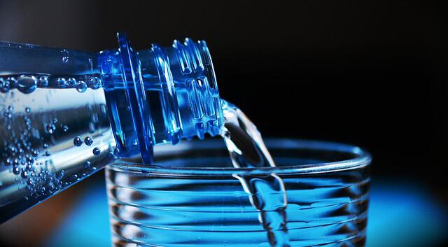 Botella agua ¿El frío afecta a tu cabello? Tips Sencillos para fortalecer tu pelo