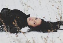 Mujer con el cabello en la nieve