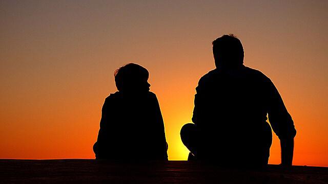 Padre e hijo al atardecer ¿Día del Padre? Regala una escapada original
