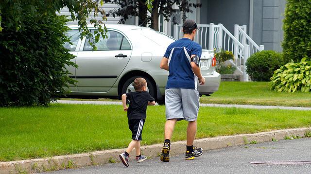 Padre e hijo corriendo ¿Día del Padre? Regala una escapada original