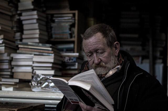 Padre leyendo ¿Día del Padre? Regala una escapada original