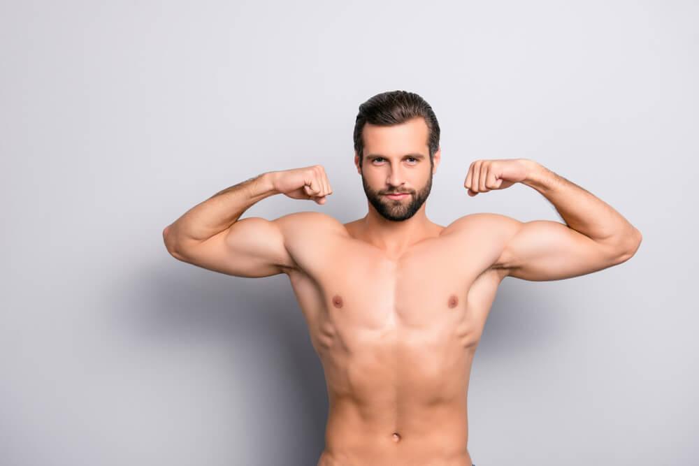 Hombre con masa muscular Masa muscular ideal, dieta y ejercicios.
