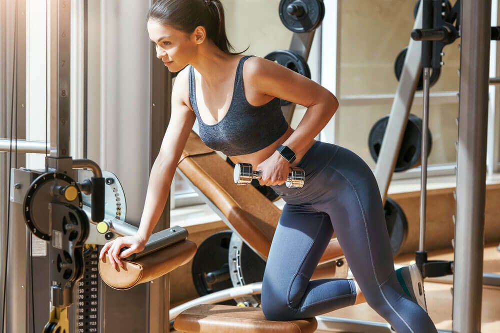 Mujer ejercitando masa muscular Masa muscular ideal, dieta y ejercicios.