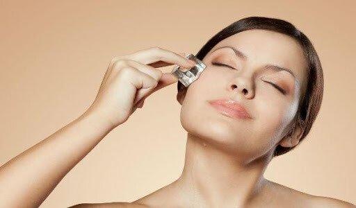 Cubito de hielo para tu piel 4 Ventajas increíbles del hielo para la belleza de tu piel