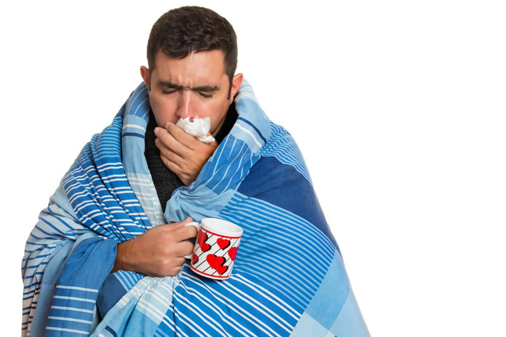 Hombre con resfriado común ¡Otra vez no! resfriado común y tratamientos.