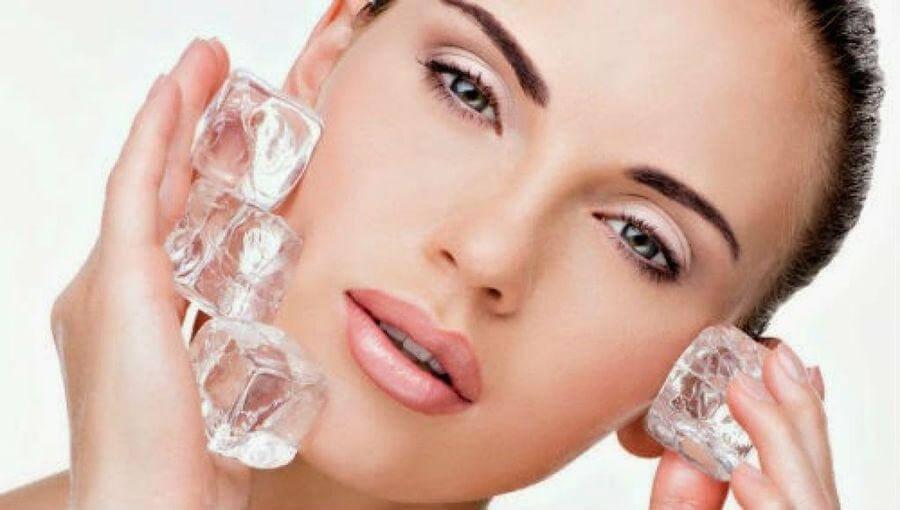 Masajear la cara con hielo