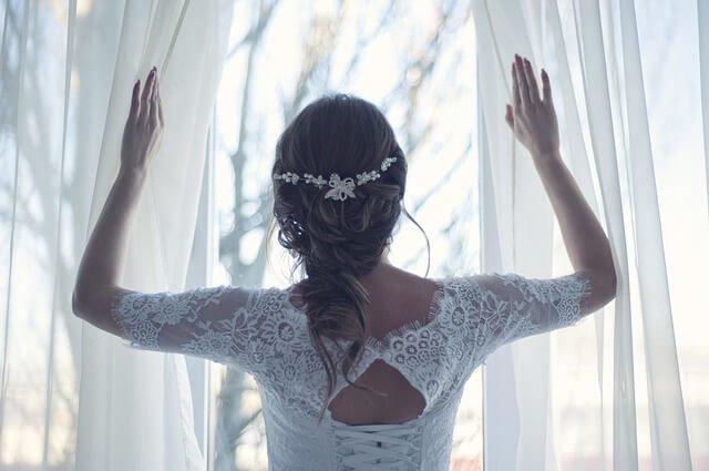 Novia con los hombroa cubiertos Consejos para el Momento de Comprar tu Vestido de Novia o de Fiesta