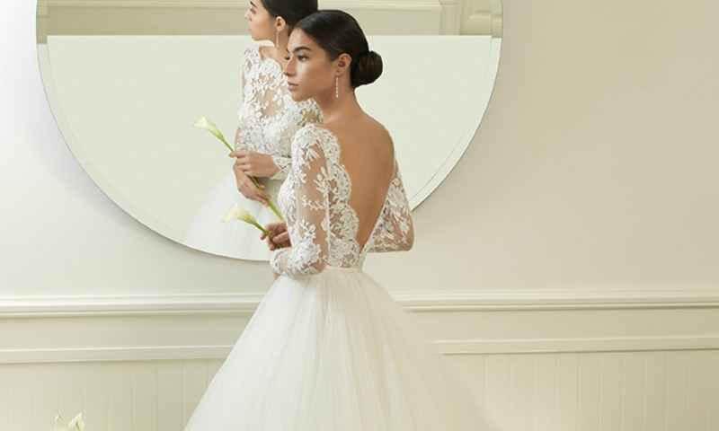 Novia frente al espejo Consejos para el Momento de Comprar tu Vestido de Novia o de Fiesta