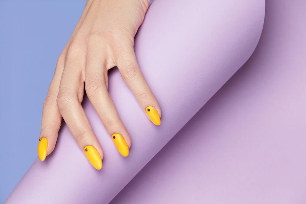 Uñas de las manos amarillas El cuidado de manos y uñas es básico para nuestros planes de conquista.