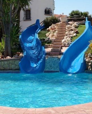 tobogán en la piscina. 324x400 Home