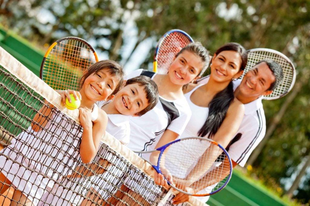 padel en familia 1024x682 Emplea el mejor tiempo de ocio disfrutando del pádel en familia